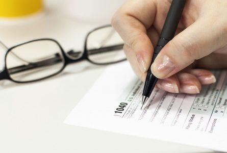 declaracion-de-impuestos-mujer-llenando-formulario.jpg